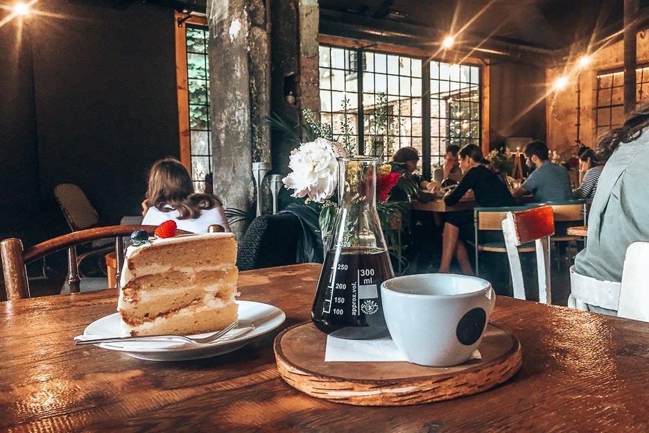 Coffee and sweet cake at Kavárna co hledá jméno, Prague