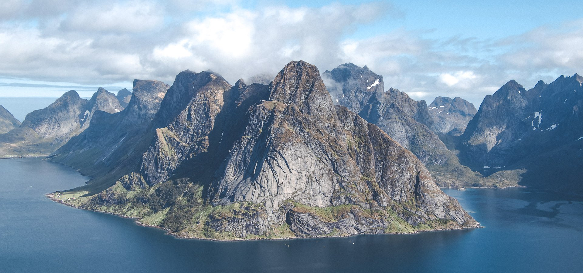 Hiking Reinebringen in Lofoten Norway - A story of overcoming mud and FOMO_FI.2_6000 x 4000-2